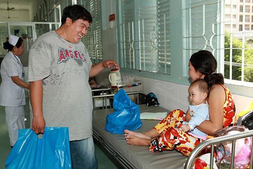 Hoàng Mập, Quỳnh Anh thăm bệnh nhi - 2