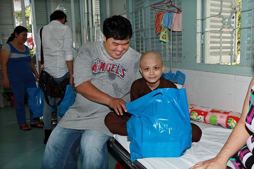 Hoàng Mập, Quỳnh Anh thăm bệnh nhi - 3