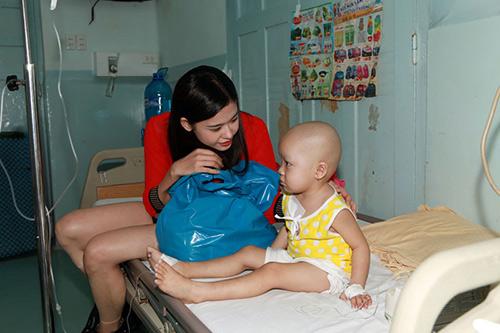 Hoàng Mập, Quỳnh Anh thăm bệnh nhi - 4
