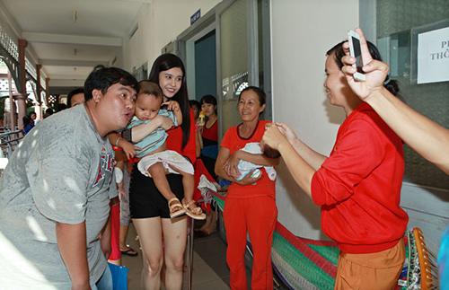 Hoàng Mập, Quỳnh Anh thăm bệnh nhi - 8