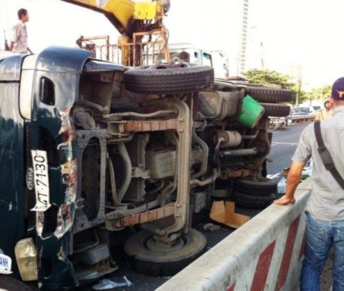 """Cầu Sài Gòn """"tê liệt"""" vì lật xe tải chở bia - 1"""