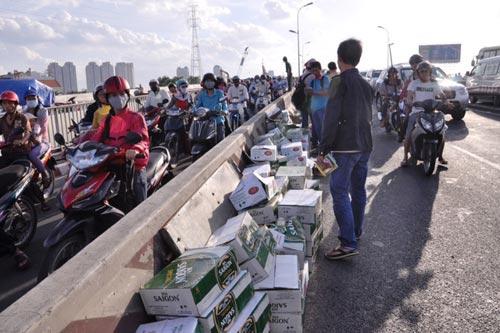 """Cầu Sài Gòn """"tê liệt"""" vì lật xe tải chở bia - 2"""