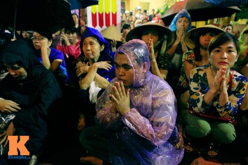 Hàng nghìn người đội mưa làm lễ Vu Lan - 7