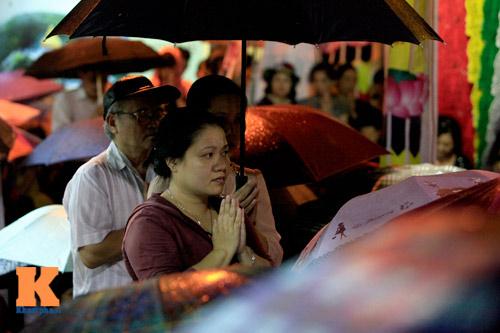 Hàng nghìn người đội mưa làm lễ Vu Lan - 8