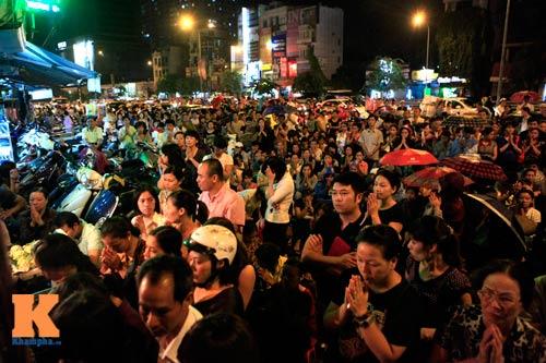 Hàng nghìn người đội mưa làm lễ Vu Lan - 1