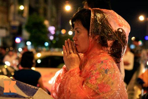 Hàng nghìn người đội mưa làm lễ Vu Lan - 12