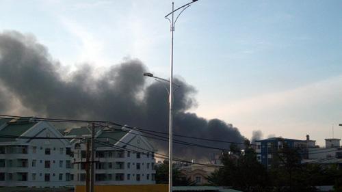 TPHCM: Cháy lớn tại nhà máy sản xuất giày - 2