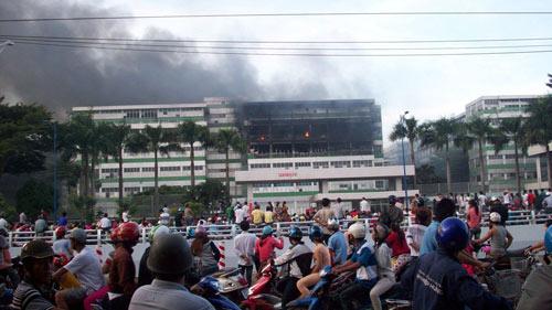 TPHCM: Cháy lớn tại nhà máy sản xuất giày - 3