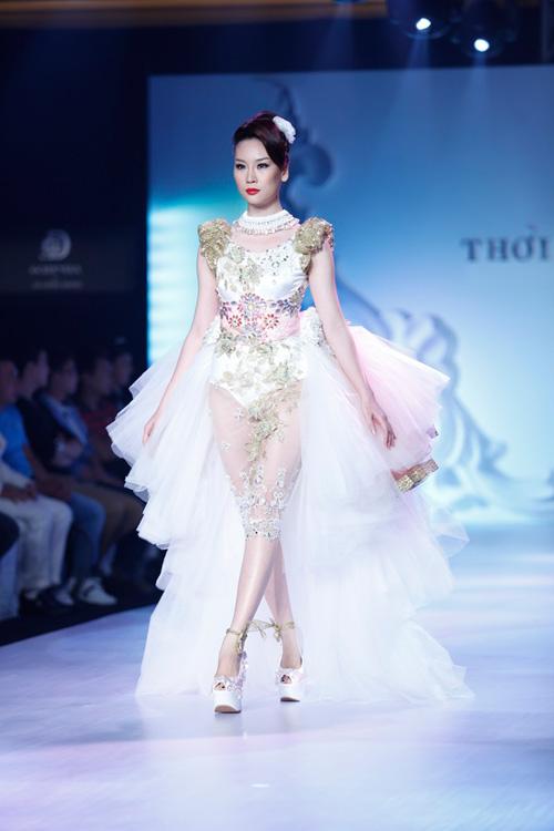 Ngọc Quyên mặc váy cưới nặng nề và kỳ lạ - 8