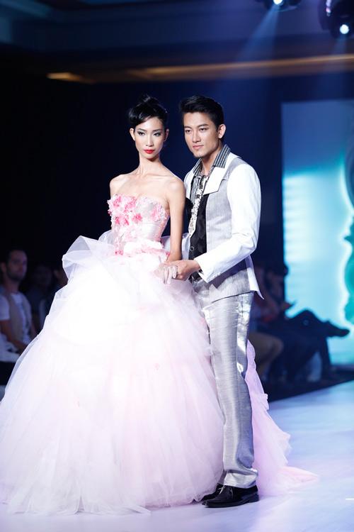 Ngọc Quyên mặc váy cưới nặng nề và kỳ lạ - 17