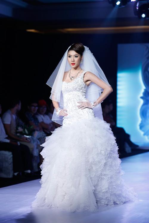 Ngọc Quyên mặc váy cưới nặng nề và kỳ lạ - 5