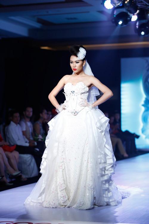 Ngọc Quyên mặc váy cưới nặng nề và kỳ lạ - 13
