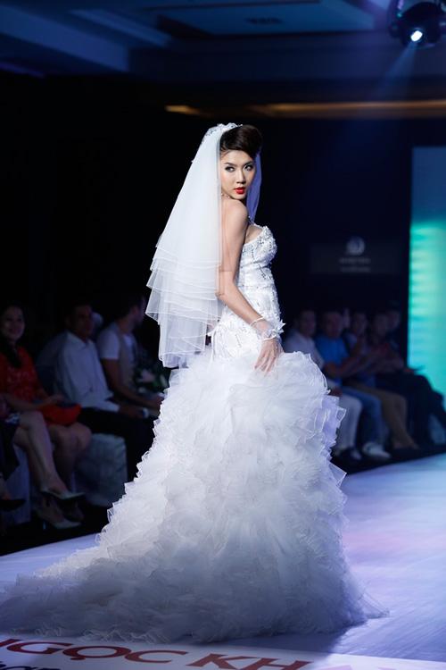 Ngọc Quyên mặc váy cưới nặng nề và kỳ lạ - 6