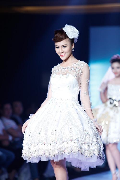 Ngọc Quyên mặc váy cưới nặng nề và kỳ lạ - 11