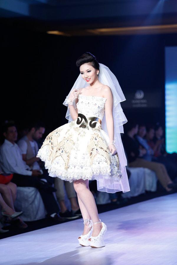 Ngọc Quyên mặc váy cưới nặng nề và kỳ lạ - 12