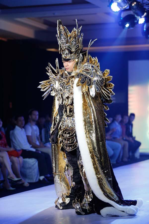 Ngọc Quyên mặc váy cưới nặng nề và kỳ lạ - 4