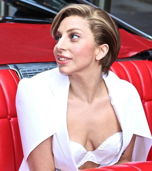 Lady Gaga lộ vòng 1 nhăn nheo, rạn nứt - 1
