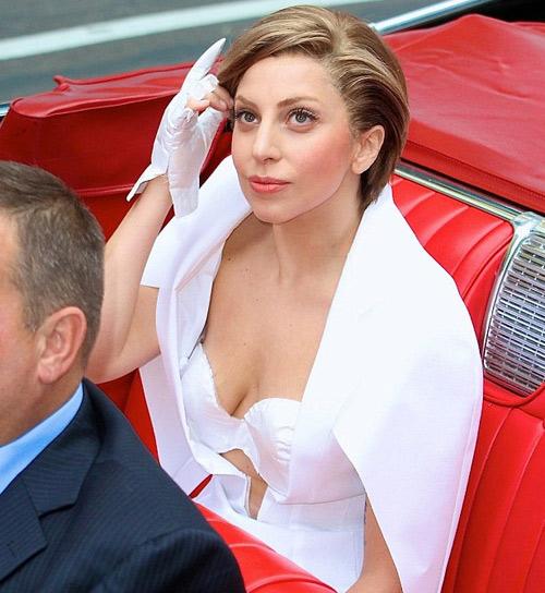 Lady Gaga lộ vòng 1 nhăn nheo, rạn nứt - 4