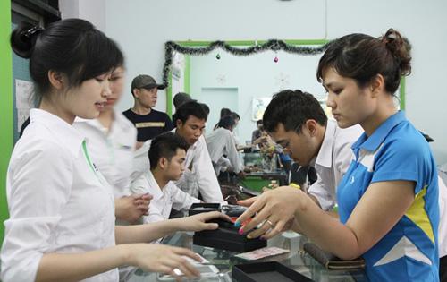Smartphone giá rẻ màn hình lớn hút khách - 2