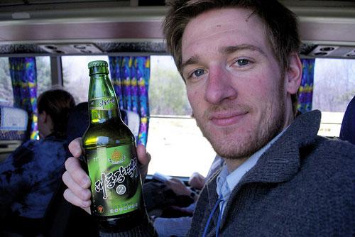 Du khách Mỹ đổ xô đến Triều Tiên nếm bia - 1