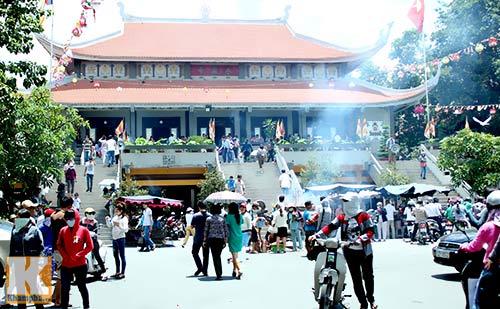 Sài Gòn: Lên chùa cầu phúc cho cha mẹ - 1