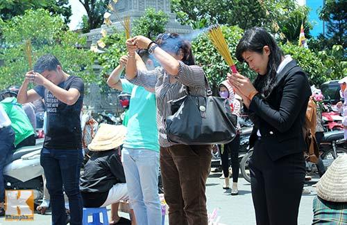 Sài Gòn: Lên chùa cầu phúc cho cha mẹ - 9