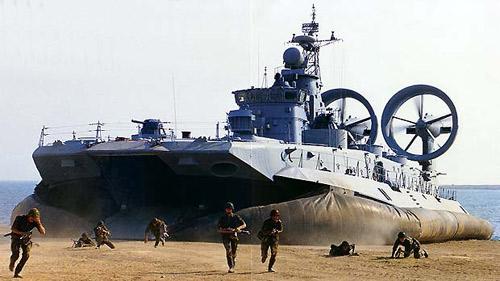 Nga: Tàu quân sự khổng lồ lao vào bãi tắm - 2