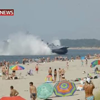 Nga: Tàu quân sự khổng lồ lao vào bãi tắm
