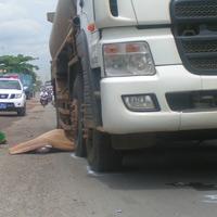 Va quẹt giữa đường, bị xe bồn cán chết