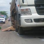 Tin tức trong ngày - Va quẹt giữa đường, bị xe bồn cán chết