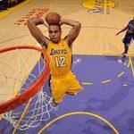Thể thao - Sao NBA úp rổ trượt chân ngã