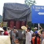 Tin tức trong ngày - Nghi xe chở hoá chất độc, dân dựng lều chặn