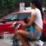 Phi thường - kỳ quặc - Vừa chạy xe đạp vừa cho con bú