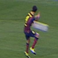 Video: Barca thoát bị thổi penalty