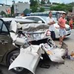Tin tức Việt Nam - Ô tô hất người văng 20 mét, đâm nát xe con