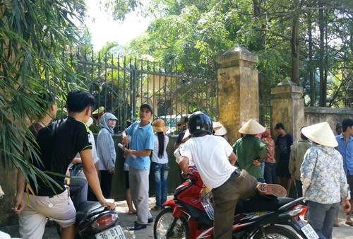 Dân vây hiện trường DN chôn thuốc trừ sâu - 2