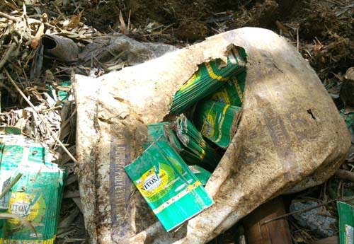 Dân vây hiện trường DN chôn thuốc trừ sâu - 4