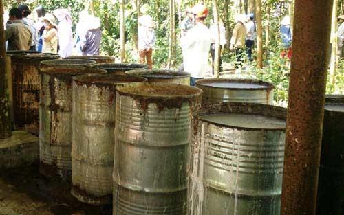 Dân vây hiện trường DN chôn thuốc trừ sâu - 5