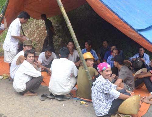 Dân vây hiện trường DN chôn thuốc trừ sâu - 6