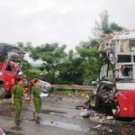 Tin tức trong ngày - Xe khách đấu đầu xe tải, 12 người thương vong