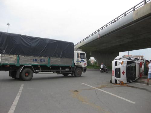 Xe tải tông xe cấp cứu, 2 người nhập viện - 1