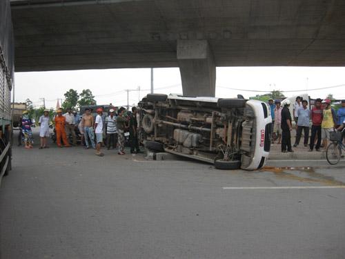 Xe tải tông xe cấp cứu, 2 người nhập viện - 2