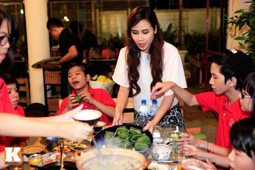 Quang Anh mang đặc sản Thanh Hóa mời cả đội - 9