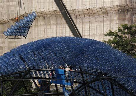Đèn lồng khổng lồ làm bằng 7.000 vỏ bình nước - 1