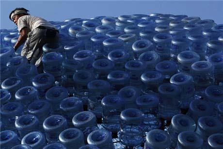 Đèn lồng khổng lồ làm bằng 7.000 vỏ bình nước - 2