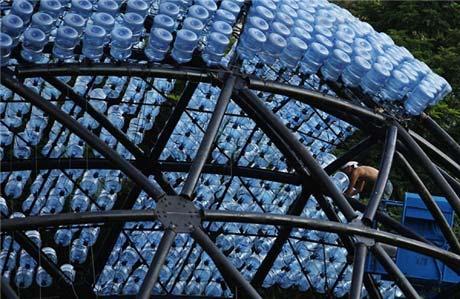 Đèn lồng khổng lồ làm bằng 7.000 vỏ bình nước - 3