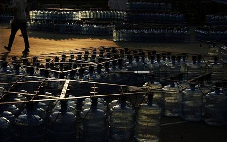 Đèn lồng khổng lồ làm bằng 7.000 vỏ bình nước - 4