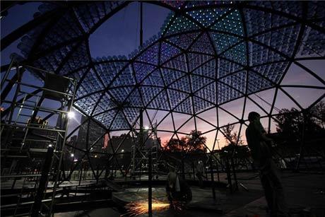 Đèn lồng khổng lồ làm bằng 7.000 vỏ bình nước - 5