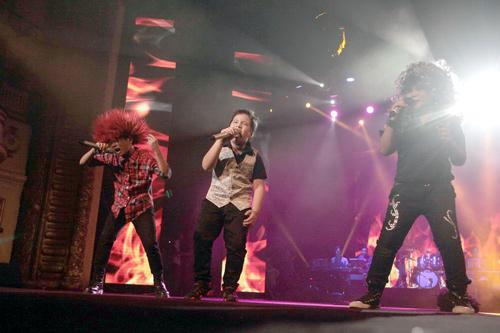 Quán quân The Voice Kids chững chạc trên sân khấu lớn - 16