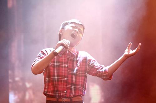 Quán quân The Voice Kids chững chạc trên sân khấu lớn - 3